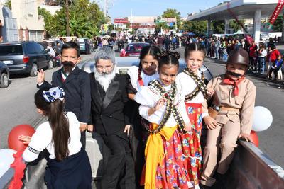 Héroes. Pequeños y pequeñas de preescolar acudieron caracterizadas de héroes y heroínas que participaron en la Revolución Mexicana.