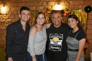 17112019 Manuel en compañía de sus hijos, Manuel, Andrea y Brenda.