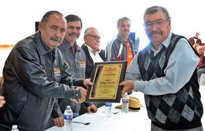 18112019 RECONOCEN SU LABOR  Jorge F. Mora entrega reconocimiento a Jesús Gallegos de Ávila por sus 30 años de periodista al servicio de la Sección 35 del SNTE.
