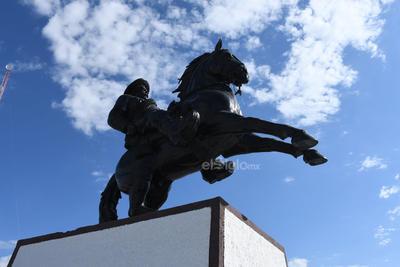 Imponentes. El monumento a Francisco Villa en la ciudad de Gómez Palacio se ubica en el cerro de la Pila, donde se dio la batalla con el mismo nombre.