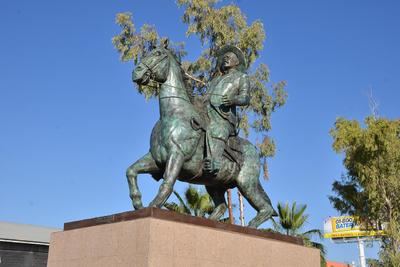 Sobre importantes vialidades. En el municipio de Torreón, una de las esculturas de Francisco Villa se encuentra en el cruce del periférico con la carretera Torreón-Matamoros y cientos de automovilistas la observan durante sus recorridos.