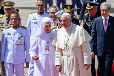 Francisco también fue recibido por su prima Ana Rosa Sivori, monja de 77 años que vive en Tailandia desde hace 53.