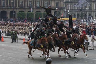 Con la participación de dos narradores, un hombre y una mujer, que representan a la patria, el gobierno federal lleva a cabo una escenificación de la historia de México en el Zócalo de la Ciudad de México.