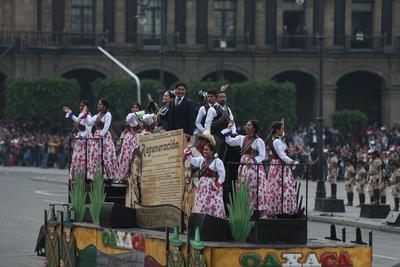 Uno de los protagonistas de la escenografía es el ferrocarril de Ferrocarriles Nacionales de México que con sus dos vagones y locomotora enmarca la escenografía.
