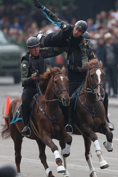 Un regimiento a caballo del Heroico Colegio Militar inició en el Zócalo capitalino el desfile conmemorativo al 109 aniversario de la Revolución Mexicana, al término de una exhibición de acrobacias ecuestres.