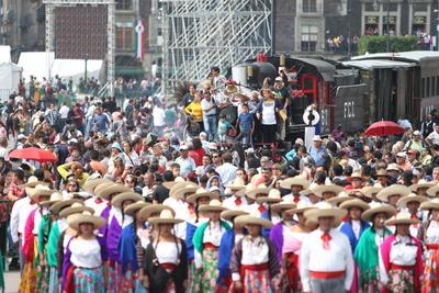 Inevitablemente, los visitantes aprovechan la ocasión y se toman fotos con los diferentes jinetes personificados como integrantes de la División del Norte, del Ejército Libertador del Sur, de chinacos y de charros.