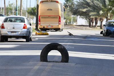 Baches. Ni siquiera los baches escapan de la problemática que se vive en la colonia Rincón la Merced, donde los habitantes han optado por poner advertencias a los automovilistas que por transitan diariamente.