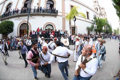 Rifles. Con rifles de madera, carrilleras revolucionarias y sombreros de ¡Viva México!, los participantes deleitaron al público asistente.