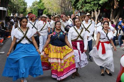 Las adelitas no podían faltar. Los jóvenes se caracterizaron con vestuarios de la época de la Revolución Mexicana y presentaron números musicales ante todos los asistentes, que aplaudían mientras avanzaban los contingentes. Las adelitas y soldaderas no podía faltar en la celebración.