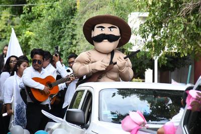 Villa en el desfile. También se recordó a personajes que fueron clave en el desarrollo de la Revolución Mexicana. Uno de ellos fue Doroteo Arango, mejor conocido como Francisco Villa.