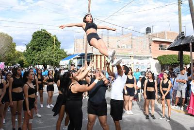 Instituciones educativas participan en desfile. Con números de acrobacia participaron diversas instituciones educativas de Lerdo en el desfile por el 109 aniversario de la Revolución Mexicana.