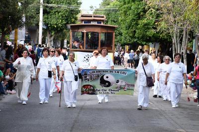 Adultos mayores. Por la avenida Francisco Sarabia también desfilaron las personas de la tercera edad.
