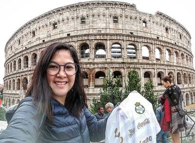Karem en el Coliseo Romano mostrando orgullosa su playera del Santos.