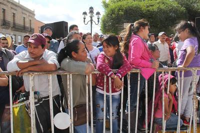Algunos duranguenses acudieron en familia a osbservar su paso por la avenida principal de la ciudad.