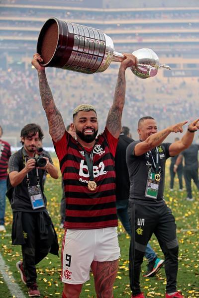 Gabriel Barbosa de Flamengo celebra con el trofeo de la Copa Libertadores 2019 este sábado tras la final ante River Plate, en el estadio Monumental en Lima (Perú).