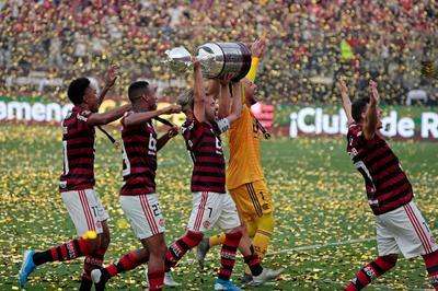 Jugadores de Flamengo celebran al ganar la Copa Libertadores 2019 este sábado tras la final ante River Plate, en el estadio Monumental en Lima (Perú).
