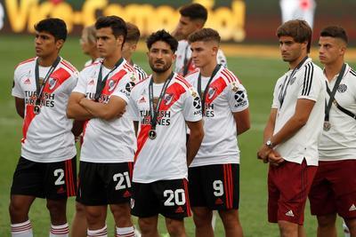 Jugadores de River Plate esperan la premiación de Flamengo al ganar la Copa Libertadores 2019 este sábado tras la final ante River Plate, en el estadio Monumental en Lima (Perú).