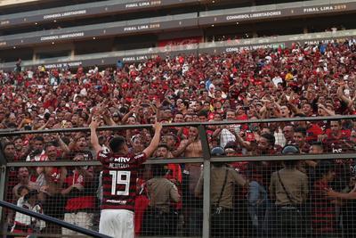 Reinier de Flamengo celebra con aficionados tras ganar la Copa Libertadores 2019 este sábado en la final ante River Plate, en el estadio Monumental en Lima (Perú).