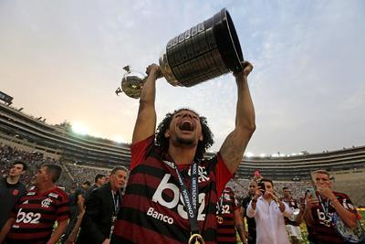 Willian Arao de Flamengo celebra con el trofeo de campeones de la Copa Libertadores 2019 este sábado tras la final ante River Plate, en el estadio Monumental en Lima (Perú).