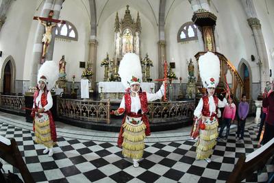 Llegan hasta el altar de la Virgen de Guadalupe. La Diócesis de Gómez Palacio llevó a cabo ayer la bendición de más de 25 danzas que participarán en las peregrinaciones de este año.