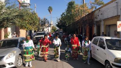 Recorrido en Lerdo. La bendición de las danzas en el municipio de Lerdo partió de la plaza principal y avanzó hasta la Parroquia de Nuestra Señora de Guadalupe de la colonia San Isidro, mejor conocida como la Iglesia del 'cerrito'.