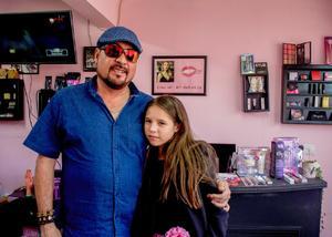 23112019 EN EL ANIVERSARIO DE UNA ESTéTICA.  Javier con su hija, Sofía.