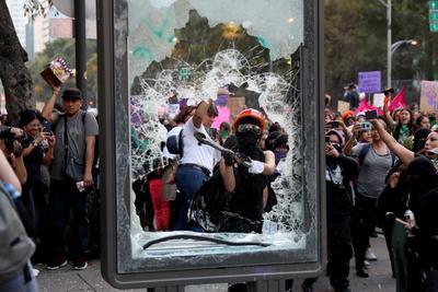 Durante el trayecto del Ángel de la Independencia hacia la plancha del Zócalo lanzaron consignas contra las autoridades y vandalizaron monumentos, además de hacer destrozos en edificios públicos y privados.