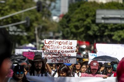 El contingente fue encabezado por madres de víctimas de feminicidio, quienes exigieron que ese problema termine en toda la metrópoli, principalmente en el Estado de México y que, además, no se revictimice a nadie más.