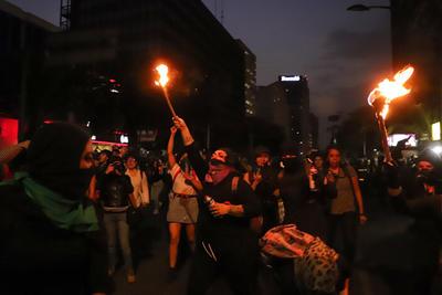 Al final de la marcha un ala radical de las manifestantes causó daños a los monumentos y a los paraderos del Metrobús sobre Paseo de la Reforma.