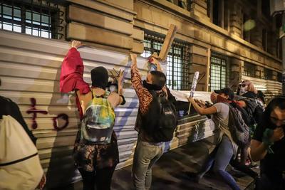 Luego, a la altura de la glorieta de Colón, sostuvieron un enfrentamiento con mujeres policías que resguardaban la protesta.