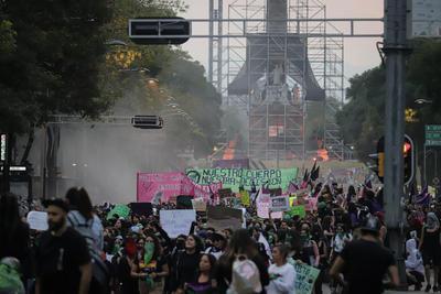Ahí mismo agredieron a camarógrafos y fotógrafos de los medios de comunicación que cubrían el evento.
