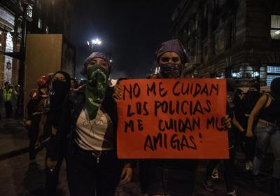 El contingente partió del Ángel de la Independencia alrededor de las 17:40 horas hacia el Zócalo; una segunda marcha salió a las 19:00 horas del Monumento a la Revolución, con el mismo destino, en la que participaron cerca de 150 personas.