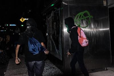 La mayor parte de las asistentes a la marcha se manifestaron de forma pacífica; sin embargo, durante la ruta un pequeño grupo de personas con el rostro cubierto ocasionaron daños en algunos parabuses de Paseo de la Reforma.