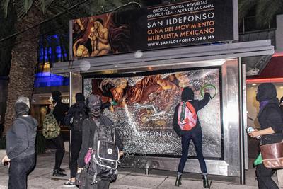 De manera preventiva, las mujeres policías retiraron martillos y artefactos con los que algunas manifestantes buscaban causar mayores daños al espacio público.