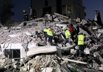 Hasta el momento, los equipos de rescate han conseguido sacar de entre los escombros a 45 personas.
