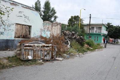 Entre desechos. Habitantes de la colonia El Arenal en Torreón tienen que transitar diariamente por calles que están repletas de desechos y muebles inservibles.