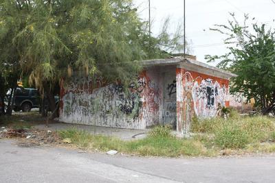 Vandalismo. Además de la basura y la hierba que se observa crecida por la falta de mantenimiento, algunos edificios se encuentran vandalizados en su totalidad, con paredes en mal estado y manchados con grafiti.
