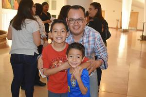 28112019 EN EL TEATRO.  Carlos, Mateo y Máximo.