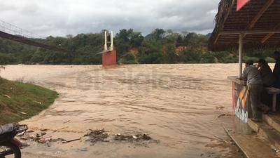Debido a las fuertes lluvias que se han presentado en el municipio de Topia, se ha visto afectada la energía eléctrica.