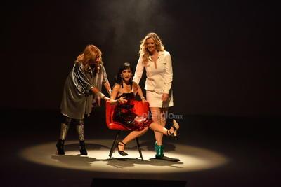Las tres irrumpieron en el escenario y enseguida movieron sus cuerpos al ritmo de la canción Antes muerta que sencilla de Los Horóscopos de Durango.