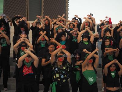 Alrededor de 60 mujeres de la Comarca Lagunera se reunieron en la escalinata de la Plaza Mayor de Torreón para replicar el canto de protesta Un violador en tu camino.