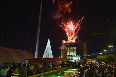 Una serie de fuegos pirotécnicos iluminó el cielo de la ciudad, mismos que captaron la atención de los presentes por una serie de minutos.
