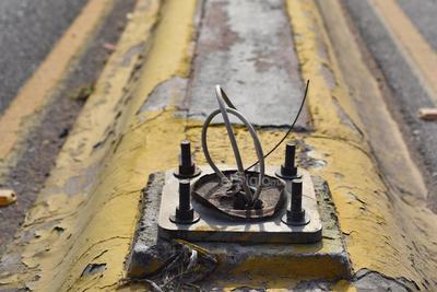 Cables expuestos. Pequeños cables han sustituido a las luminarias que se encontraban en distintos sitios del municipio.