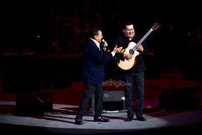 Juntos interpretaron Tú de qué vas y enseguida, el hermano de Aída Cuevas se quedó en el entarimado para continuar con el show.
