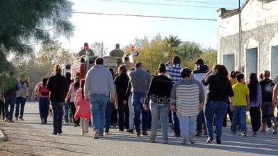La unidad era flanqueada por integrantes del Sistema de Protección Civil del Estado de Coahuila y detrás del camión y el féretro, sus familiares y amigos.