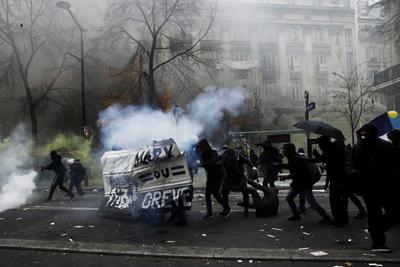 La Prefectura de Policía de París indicó en su cuenta de Twitter que las fuerzas del orden habían detenido de forma preventiva a 71 personas.