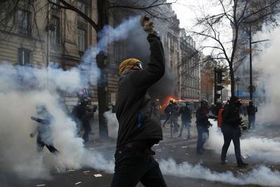 La marcha de los sindicatos, que había salido de las estaciones ferroviarias del Norte y del Este en dirección al sur de París con decenas de miles de personas, se vio alterada por estos incidentes.