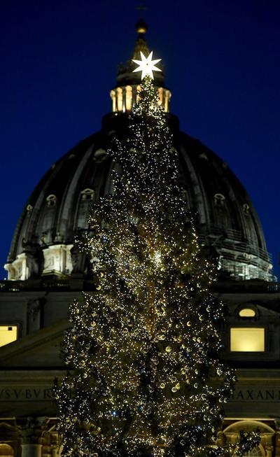 Fue encendido el monumental árbol conmemorativo de la temporada.