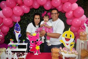 04122019 DIVERTIDO FESTEJO.  Katalina celebró un año más de vida con una divertida fiesta infantil. La acompañan sus papás, Ana Cecilia y Juan.