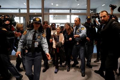 La sueca tuvo que ser escoltada ante la multitud que buscaba una fotografía o hablar con ella.